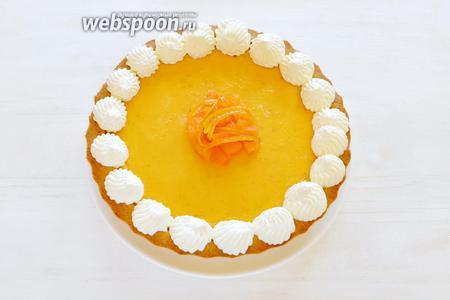 Для подачи и чтобы завлечь домочадцев на тыквенный тарт (ну, не все тут любят тыкву), украшаем цукатами из апельсина и сливочным кремом. Любители тыквы, вам уже хочется попробовать? Идём на кухню!