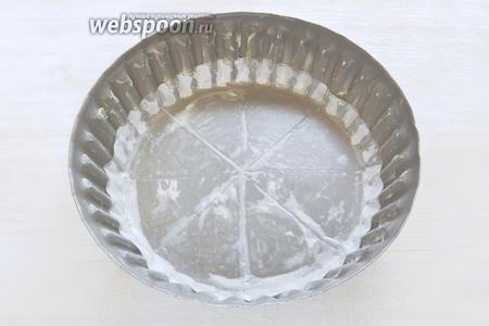 Включаем духовку на 180°С. Смазываем маслом форму для тарта, на дно кладём пекарскую бумагу. Моя форма диаметром 22,5 см. Размер формы в оригинальном рецепте — 18-20 см в диаметре.