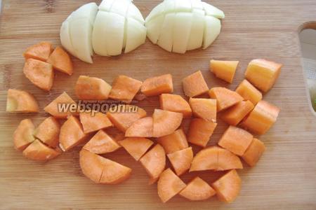 Очищаем морковь, лук, нарезаем их довольно крупно.
