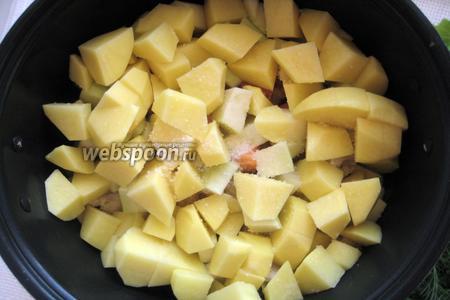 Перекладываем его к остальным овощам, добавляем растительное масло и соль.