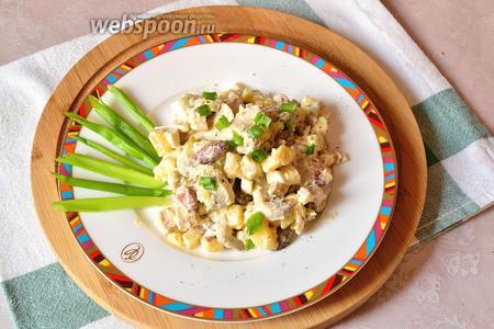 Зимний салат с грибами и фасолью готов. Подаём, украсив по желанию зелёным луком.