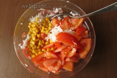 Смешиваем редьку, кукурузу и томаты.