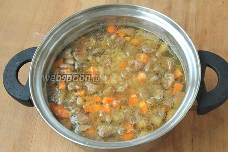 Затем добавить баклажаны с морковью к готовой чечевице. Варить 5 минут.