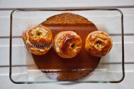 Яблоки должны сморщиться, пустить сок и покоричневеть! Достать из духовки, немного остудить и подавать на стол!