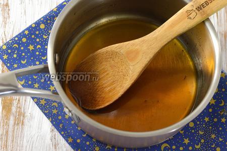 Добавить кипящую воду и нагревать на медленном огне, помешивая, до полного растворения сахара. Охладить.