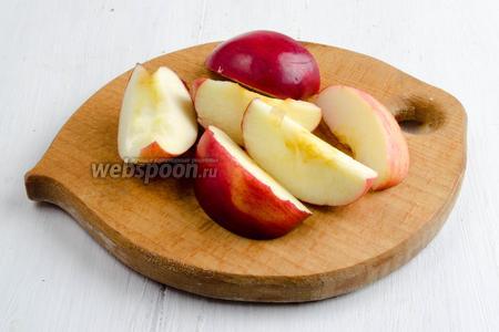 Яблоки вымыть. Нарезать дольками, удалив сердцевину.