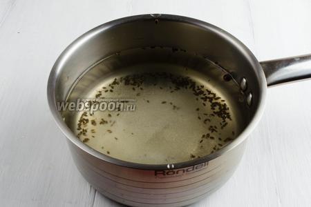 По истечению времени, воду из банок слить в сотейник, добавить сахар, соль. Довести маринад до кипения и варить в течение 3 минут. Затем влить уксус.