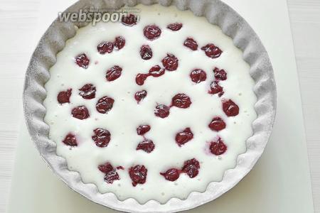 Остывшую вишню с сиропом процедить через сито, часть ягод выкладываем сверху на тесто и немного их утапливаем в тесто. Духовка разогрета до 200°С и ставим формочку с тестом на 20-25 минут.
