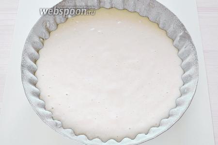 Смазываем форму сливочным маслом и обильно присыпаем мукой, затем переворачиваем форму и стряхиваем лишнюю муку, выливаем готовое тесто. Диаметр этой формы 22,5 см.