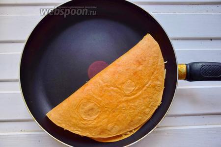 Накрываем лепёшку свободным концом и обжариваем на среднем огне несколько минут, пока сыр не расплавится и не скрепит собой края, чтобы начинка не вываливалась! При желании можно перевернуть, аккуратно, лепёшку и немного обжарить с другой стороны.