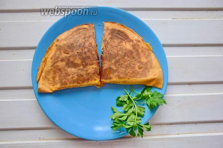 Разрезать готовую лепёшку и подавать с текилой и лаймом!:) Приятного аппетита!