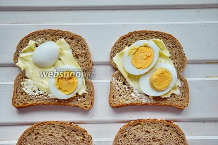 Выложить яйца на сливочное масло.