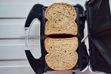 Накрываем сэндвичи вторым куском хлеба и жарим около 2 минут в закрытой бутерброднице. Ориентируйтесь на свою технику, время может немного отличаться!