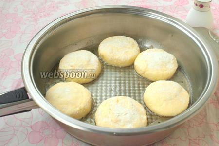 Разогреть в сковороде подсолнечное масло и выложить в него сырники.