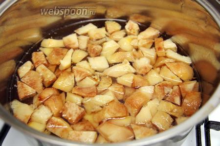 После растворения сахара, добавляем айву и варим ещё 20 минут.
