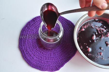 Проварите сок 30 минут. Готовый сок аккуратно разлейте в хорошо вымытые банки.