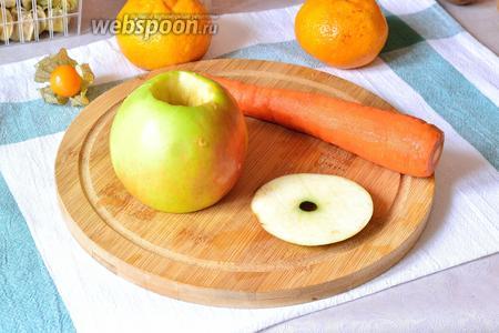 Все фрукты и овощи вымыть. Морковь почистить. У яблока с одной стороны срезать кружок, чтобы получилось устойчивое основание. С той стороны, где плодоножка, нужно вырезать ямку-отверстие, диаметром как у моркови. При необходимости морковку можно подстругать)).