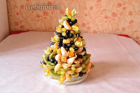 На макушку можно соорудить звезду, вырезав её из какого-нибудь красивого фрукта. Слайс карамболы тоже отлично подошёл бы на роль звезды. Я не смогла добыть карамболу, поэтому решила на макушку водрузить физалис. Он тоже смотрится неплохо. Итак, наш новогодний фруктовый десерт, в виде ёлки, готов! С наступающим Новым годом и Рождеством всех!!!