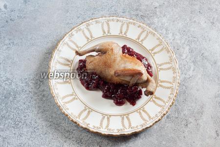 Сервируются рябчики с соусом. Я использовала бруснично-яблочно-грушевый. Молоховец пишет, что дичь (всю вообще) можно сервировать с гренками.