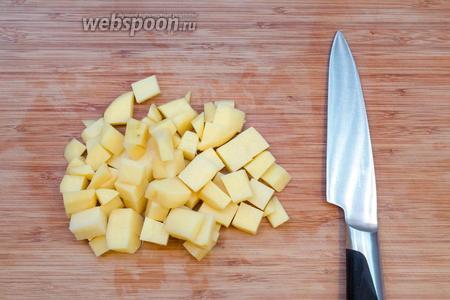 Чистим и режем кубиками картофель. Добавляем в повторно закипевший суп.