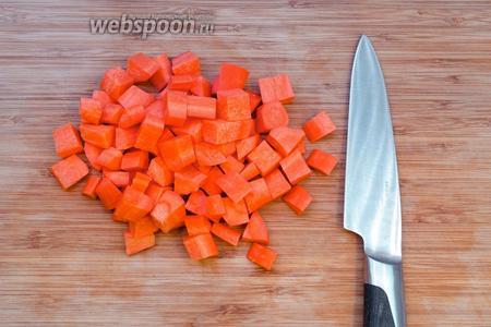 Чистим и режем морковь, такими же кубиками, как и картофель. Добавляем в кастрюлю.