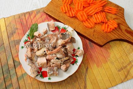 Подготавливаем рыбу в это время — отделяем от кожи и костей, если есть и по желанию подготавливаем морковь. Закладываем в уху рыбу, лавровый лист и морковь. Варим с момента закипания на небольшом огне ещё 10 минут.
