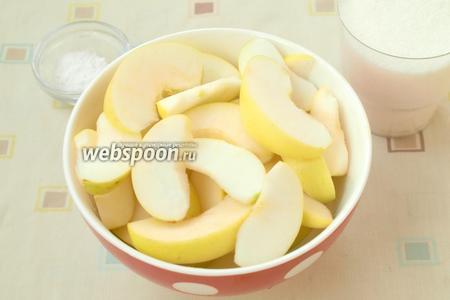 Яблоки разрезать, удалить семечки и нарезать дольками.