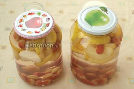 Вскипятить чайник, залить фрукты кипятком на 15 минут. Прикрыть банки стерильными крышками.