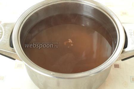 Спустя время, отвар слить в кастрюлю, добавить корицу и сахар, довести до кипения, варить, пока сахар растворится.