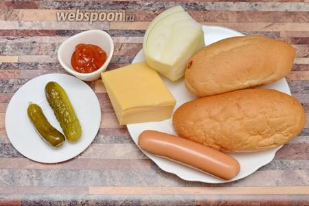 Для приготовления бургеров на Хэллоуин вам понадобится сыр, огурцы, томатный соус, булочки, лук и сосиски.