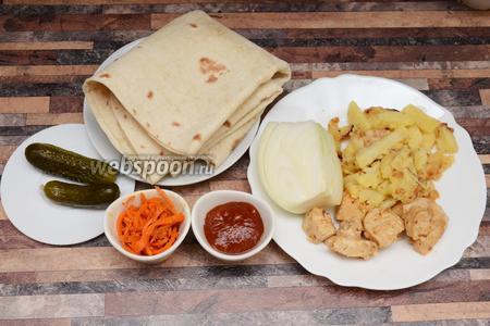 Для приготовления шаурмы с курицей вам понадобится томатный соус, тонкий армянский лаваш, картофель, лук репчатый, филе куриное, корнишоны маринованные, корейская морковь.
