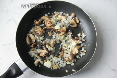 Обжарить грибы с луком в течение 10 минут, периодически перемешивая.