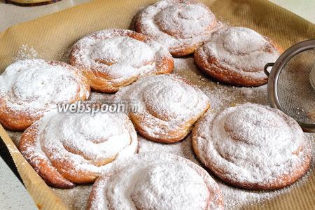 Когда булочки выпекутся, достать их из духовки и немного остудить. Затем обильно поспать сахарной пудрой.