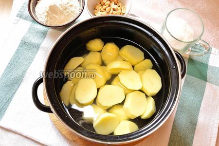 Сначала чистим картофель и отвариваем.