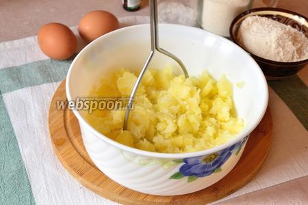 Затем картофель нужно размять в пюре и остудить, но не до конца, а чтобы он был чуть тёплый. Так тесто лучше подойдёт.