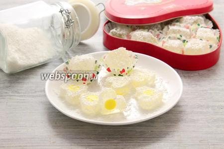 Аккуратно извлекаем лимонный мармелад из ячеек, обсыпаем кокосовой стружкой. Сахар и сахарная пудра не годятся для панировки — моментально тают.