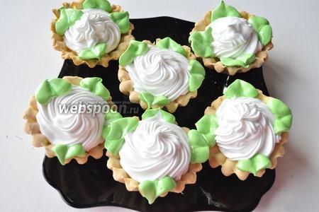 Зелёным кремом сделайте листики.