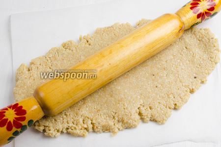 С помощью скалки раскатать массу в пласт, до толщины в 0,5 см.
