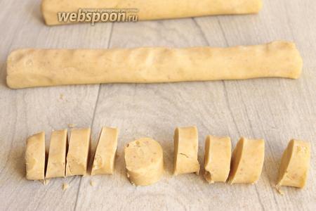 Вот теперь можно нарезать на шайбы. Примерно 1,5 см толщиной. Если будут тонкие, они будут ломаться потом.