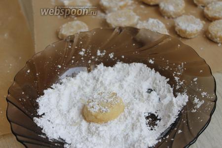 Горячие печенья сразу обваливаем в сахарной пудре. Осторожно, оно будет ещё горячее. В пудру добавим ванильный сахар или даже можно немного ванилина.