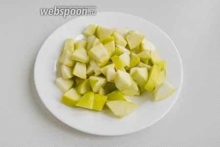 Яблоки нужно промыть, разрезать на части и вырезать сердцевину. Далее, яблочные дольки нарежьте небольшими кусочками.