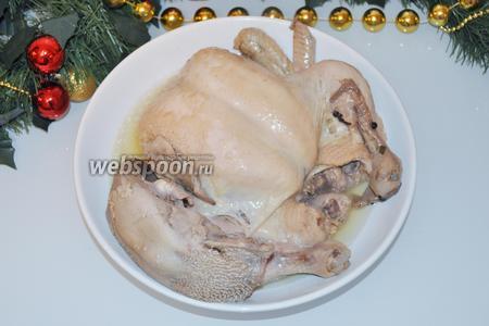 Вынем мясо на тарелку. Когда оно немного остынет, отделим всё от костей.