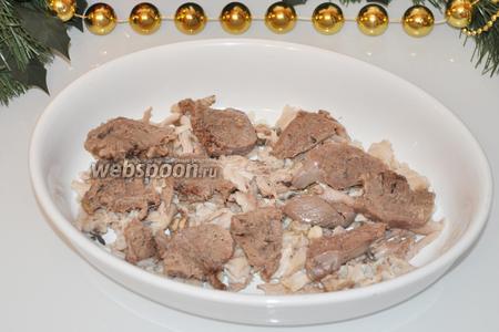 Выложим курицу, разобранную на мелкие куски и язык, нарезанный на кусочки покрупнее.