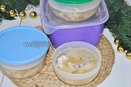 Холодца выходит много и я предпочитаю разливать его в небольшие контейнеры. Когда холодец застынет на нём образуется слой жира. Его можно удалять перед подачей. Жир предохранит холодец от подсыхания и сохранит его в лучшем виде.