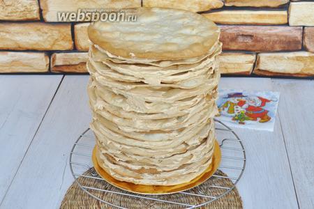 Выкладывайте коржи и промазывайте кремом, не забывая посыпать орешками. Соберите торт. Нужно, чтобы торт сел. Потому на верх торта можно положить разделочную доску а на неё поставить груз и оставить так на 2 часа при комнатной температуре.
