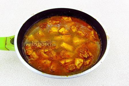 Влить горячую воду и посолить по вкусу.