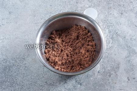 Для изготовления теста для кейкпопсов, крошим бисквит как можно мелче, а потом начинаем добавлять в него по ложечке кипяток, пока мелкие крошки не начнут собираться в крупные.