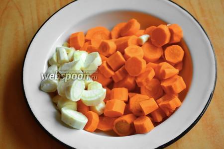 Морковь с пастернаком нарезать кругами.