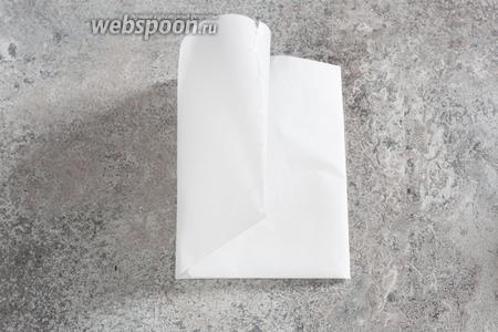 Складываем лист кондитерской бумаги вдоль вдвое, а поперёк — втрое. Короче, у нас должно получиться 6 прямоугольников, но не узких, как макароны, а более-менее широких.