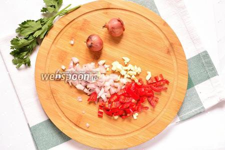 Теперь нужно нарезать все овощи. Лук, чеснок и перец чили режем мелко.